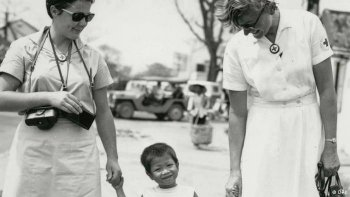 two Helgoland nurses with a Vietnamese son or daughter. (Photo: DRK-Archiv)
